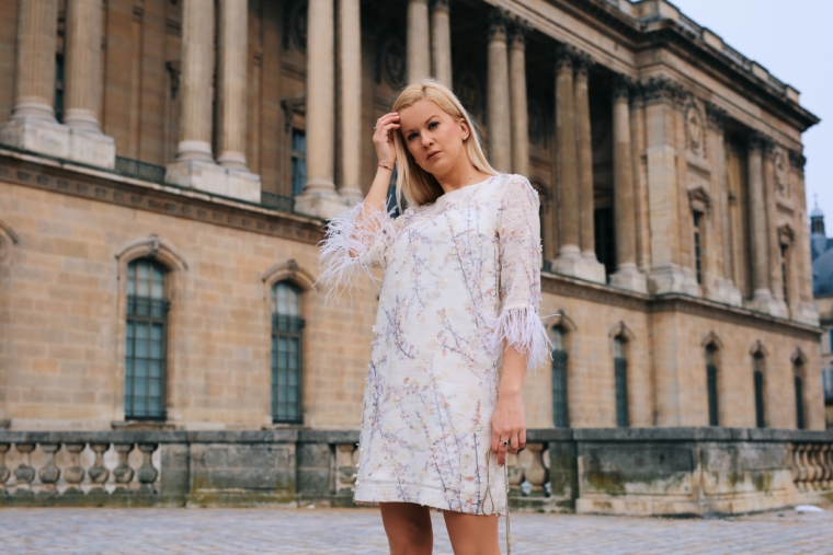 ana alcazar Arise your Senses paris fashion streetstyle 2018 kleid mit federn und aplikationen