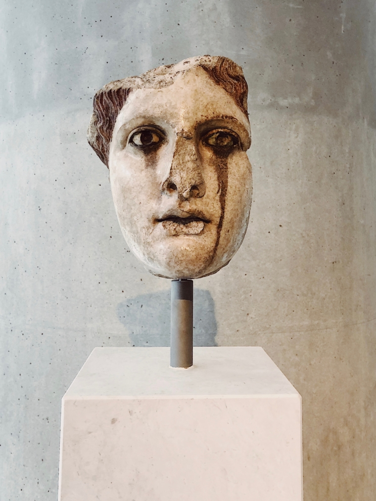 akropolis museum weinende statue