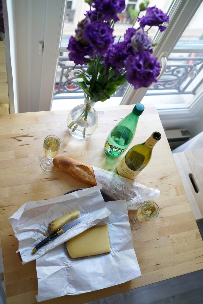 paris, french way of life, baguette, käse, wein, blumen