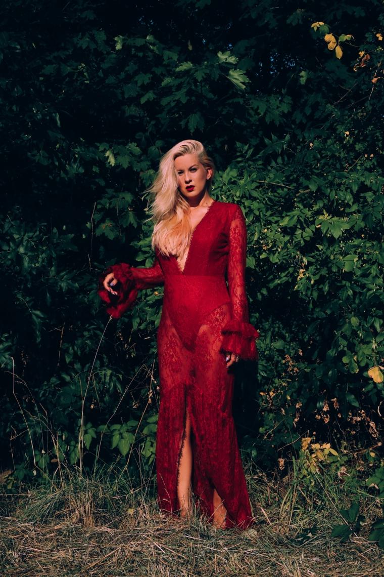 rotes spitzenkleid von revolve transparent maxi sexy mit ausschnitt und schlitz