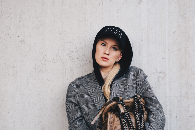 palina kozyrava wearing NASASEASONS Almost Famous Cap kappe