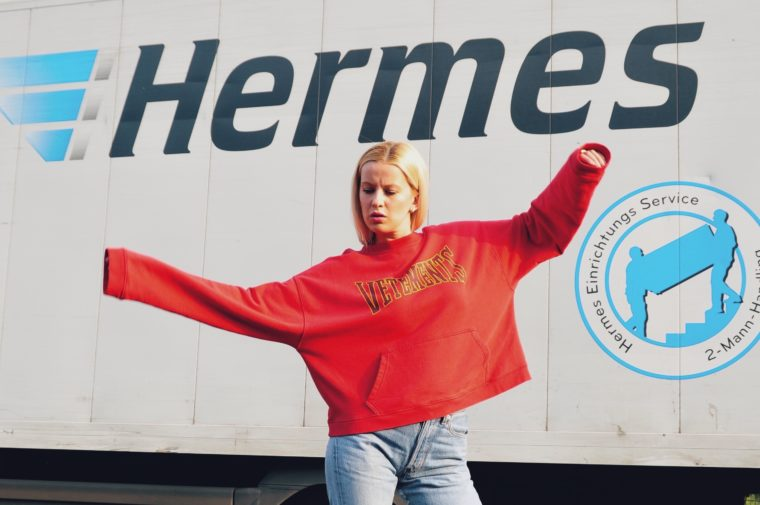 vogue vetements shooting demna gvasalia red roter pulli hoodie